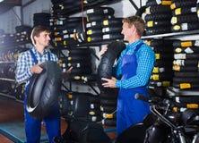 机械工与新的轮胎一起使用 库存图片