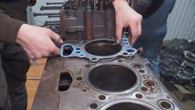 机械工修理一个大卡车引擎特写镜头 股票录像