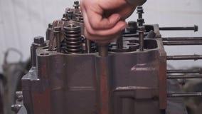 机械工修理无盖货车引擎特写镜头 股票视频