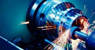 机械工具在有操练的cnc机器金属工厂 图库摄影