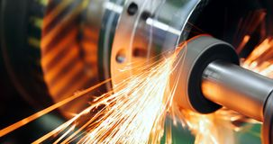 机械工具在有操练的cnc机器金属工厂 库存图片