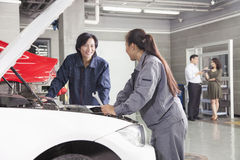 机械工和顾客汽车修理店的 库存图片