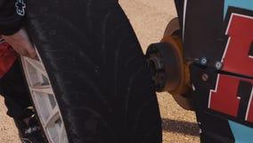 机械工更换在一辆赛车的轮子 股票录像
