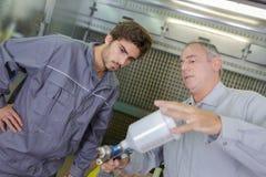 机械工程学徒和老师 免版税库存照片