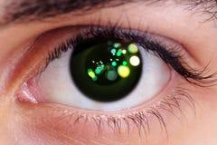 机械机器人的人为特写镜头眼睛靠机械装置维持生命的人面孔,未来与绿色焕发 图库摄影