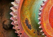 机械机器老和生锈的小齿轮  免版税库存图片