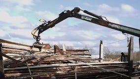 机械臂装载者卸载从重型卡车的木材小块在锯木厂设施 股票视频