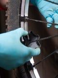 机械调整自行车的轮幅 免版税图库摄影