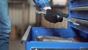 机械车间工具的特写镜头图片 使用不同的工具的专业汽车修理师为工作在汽车 股票视频