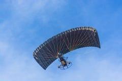 黑机盖供给动力的纵排巴拉滑翔机 免版税库存图片