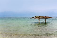 机盖在死海的水域中 库存照片