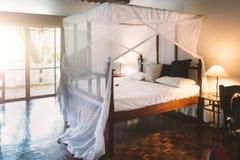 机盖床在热带手段卧室 免版税库存图片