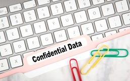 机要数据概念 在一个白色键盘的文件夹记数器 库存照片