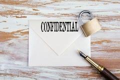 机要概念 纸信件、挂锁和笔 免版税图库摄影
