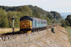 机车拖拉了在Furness线的旅客列车 库存图片