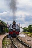 机车进入平台,一列老蒸汽火车 免版税图库摄影