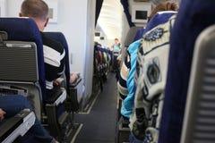 机组乘务员和乘客航空器的 库存图片