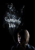 杀害抽抽烟的妇女年轻人 免版税库存照片