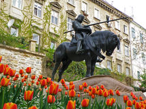 杀害龙,在开花的充满活力的颜色郁金香中的雕象,萨格勒布的圣乔治 库存照片