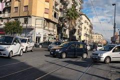 杂乱交通在城市的中心 每个司机努力首先横渡交叉点 免版税库存图片
