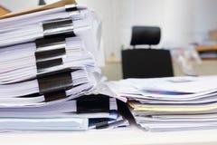 杂乱办公室桌 免版税库存图片