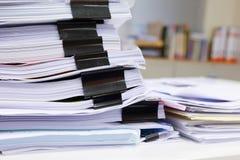 杂乱办公室桌 免版税库存照片