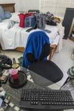 杂乱十几岁的男孩卧室垂直视图 库存照片