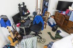 杂乱十几岁的男孩卧室 免版税库存图片
