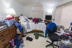 杂乱十几岁的男孩卧室 免版税库存照片