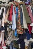 杂乱壁橱过度充填与衣裳 免版税库存照片