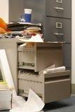 杂乱机柜的归档 库存图片