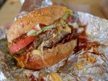 杂乱烟肉的乳酪汉堡 免版税库存照片