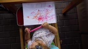 杂乱画在册页的女孩 股票视频