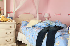 杂乱的卧室 库存图片