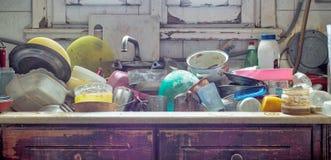 杂乱肮脏的厨房 免版税库存照片