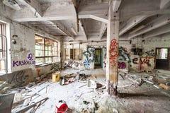 杂乱被放弃的工厂室 免版税库存照片