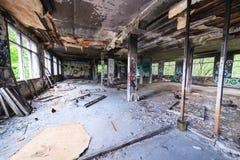 杂乱被放弃的工厂室 库存图片