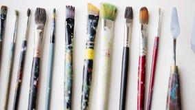 杂乱调色刀和油漆刷 影视素材
