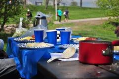 杂乱野餐桌 免版税图库摄影