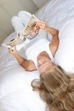 杂志妇女年轻人 免版税库存照片