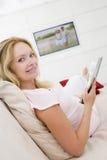 杂志怀孕的读取妇女 库存图片