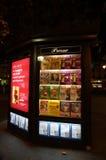 杂志立场在晚上在巴黎法国 免版税库存图片