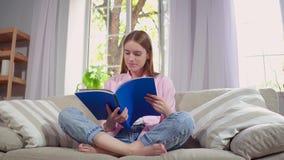 杂志读取坐的沙发妇女年轻人 股票视频