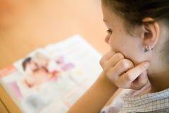 杂志读取 免版税图库摄影