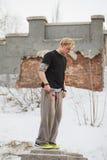 杂技在冬天公园-白肤金发的人少年准备好parkour跃迁-轻碰 免版税库存照片