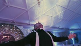 杂技展示由男服务员执行了与鸡尾酒在玻璃 年轻人工作当在迪斯科聚会的侍酒者展示 股票视频