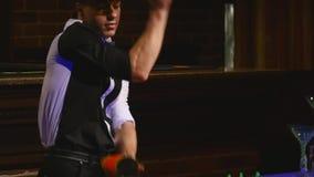 杂技展示由男服务员玩杂耍的瓶和烧杯执行了混合的 酒吧背景 慢的行动 关闭 股票视频