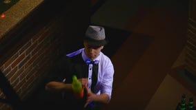 杂技展示由男服务员玩杂耍的瓶和烧杯执行了混合的 酒吧背景 慢的行动 顶视图 股票视频