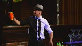 杂技展示由男服务员玩杂耍的瓶和烧杯执行了混合的 酒吧背景 慢的行动 股票录像