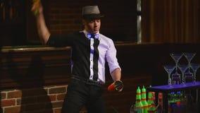 杂技展示由男服务员玩杂耍的瓶和烧杯执行了混合的 酒吧背景 慢的行动 股票视频
